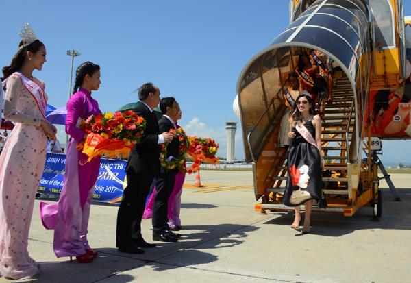 Cố vấn cuộc thi Hoa hậu Đông Nam Á Phan Hoàng Thu dẫn đầu đoàn các thí sinh đặt chân xuống sân bay Tuy Hòa bắt đầu cho chuỗi các sự kiện cuộc thi