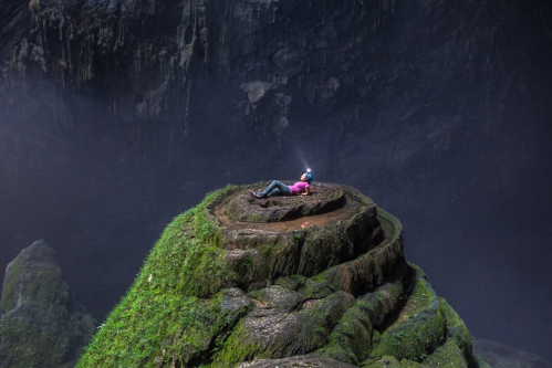 Sơn Đoòng - hang động tự nhiên lớn nhất thế giới ở Phong Nha, Kẻ Bàng, tỉnh Quảng Bình: Nếu là một phượt thủ đam mê khám phá thiên nhiên, bạn không thể bỏ qua Sơn Đoòng - vẻ đẹp tiềm ẩn nằm trong quần thể hang động Phong Nha - Kẻ Bàng. Với chiều cao hơn 200m, rộng 150m, dài ít nhất 6,5km cùng vô số bức tường thạch nhũ đẹp, hang Sơn Đoòng là thử thách lớn mà bạn phải vượt qua trong 6 ngày liên tiếp di chuyển theo đường bộ và leo trong hang động.