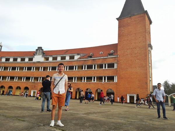 Đến đây, bạn sẽ được khám phá kiến trúc độc đáo của một ngôi trường cổ. (Nguồn: vtvu)