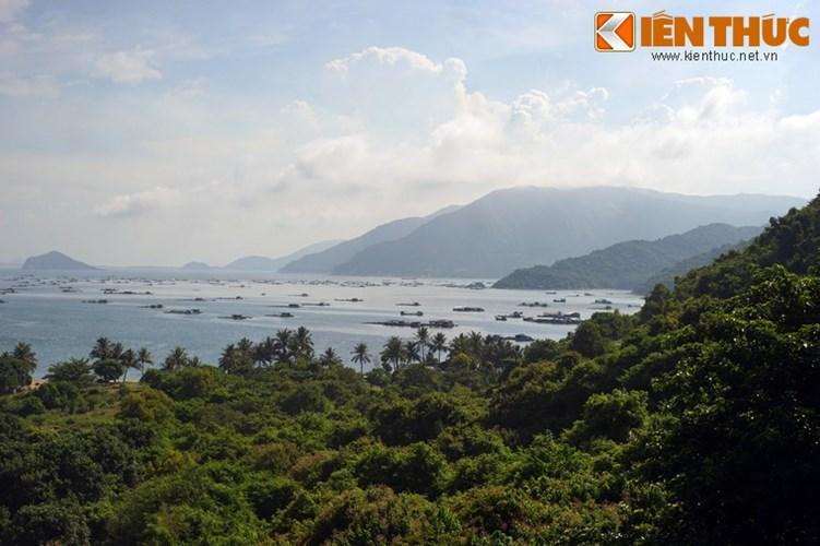 Do được bao quanh bởi những dãy núi cao hiểm trở, vịnh Vũng Rô là nơi có khung cảnh thiên nhiên hùng vĩ khiến lòng người say đắm.