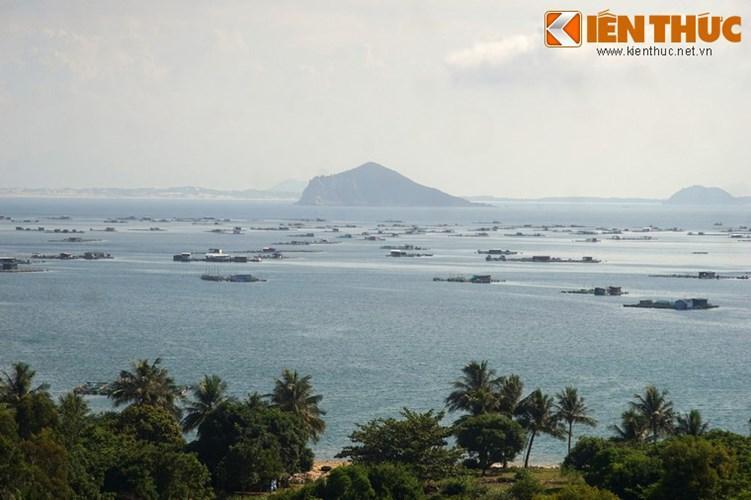 Phía Nam vịnh là đảo Hòn Nưa cao 105 m với những vách đá dựng đứng như một pháo đài. Trên đảo có ngọn đèn biển lớn.