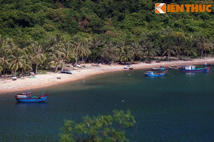 Ven bờ vịnh Vũng Rô có nhiều bãi cát vừa và nhỏ, trong đó có một số bãi đẹp như Bãi Chùa, Bãi Bàng, Bãi Lau.