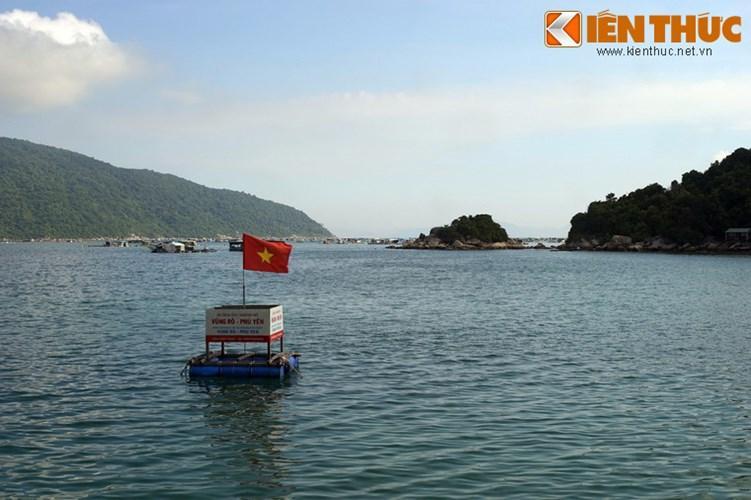 Không chỉ là thắng cảnh đẹp, vịnh Vũng Rô còn là một di tích lịch sử gắn với huyền thoại đường Hồ Chí Minh trên biển.