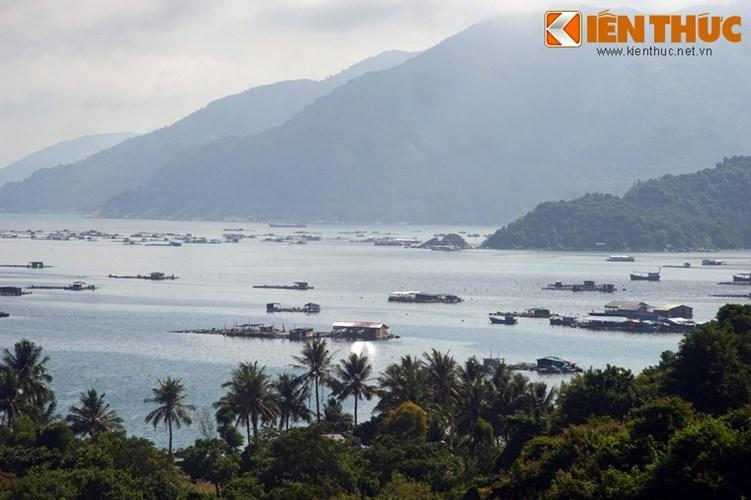 Thuộc địa phận xã Hòa Xuân Nam, huyện Đông Hòa, tỉnh Phú Yên, vịnh Vũng Rô là một thắng cảnh nổi tiếng của khu vực Nam Trung Bộ.