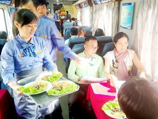 Ngành đường sắt đang áp dụng chính sách giá rẻ, tăng chất lượng dịch vụ... để kích cầu đi lại