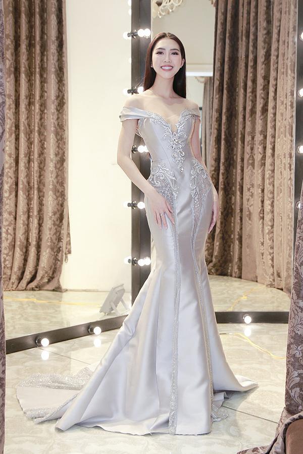 Chiều 10/1, Tường Linh sẽ lên đường sang Ai Cập thi Hoa hậu Liên lục địa 2017. Cô đã chuẩn bị đầy đủ mọi thứ cho cuộc thi, trong đó có rất nhiều trang phục.