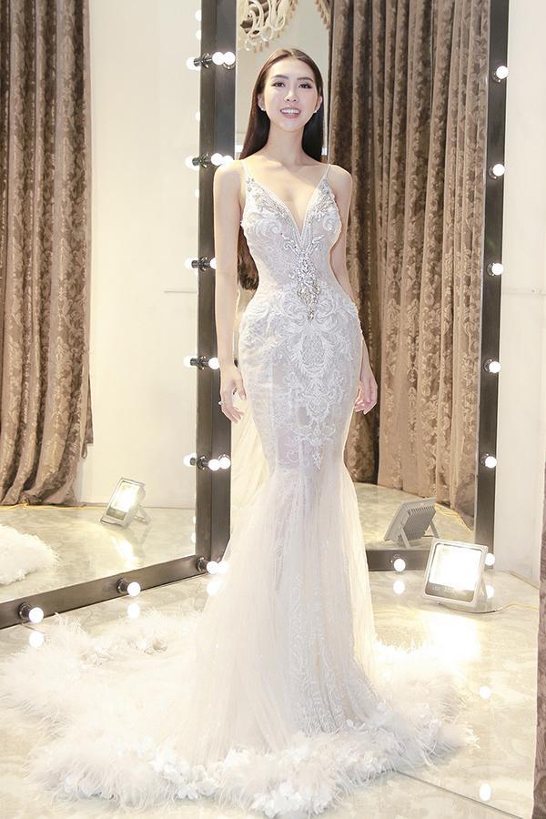 Tường Linh lần lượt đến các cửa hàng của những nhà thiết kế nổi tiếng như Châu Phạm, David Wong, Phương My, Anh Thư để thử trang phục.