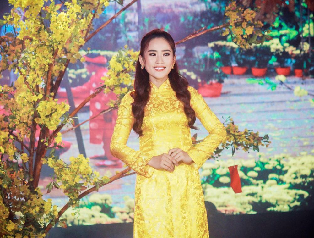 Trước khi đến với dòng nhạc Bolero, Yên Nhiên là một ca sĩ chuyên hát nhạc dân gian.