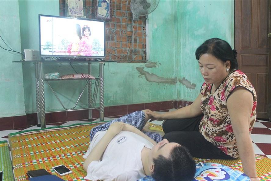 Chị Sương bên Tuấn mắc bệnh loạn dưỡng cơ, nằm bại liệt một chỗ ở căn nhà thuê ở khu phố Ninh Tịnh, phường 9, TP Tuy Hòa, Phú Yên. Ảnh: Nhiệt Băng