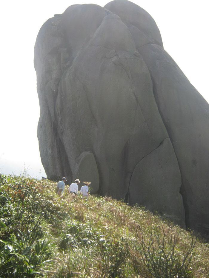 Khối đá Linga khổng lồ trên núi Đá Bia - Ảnh: HÙNG PHIÊN