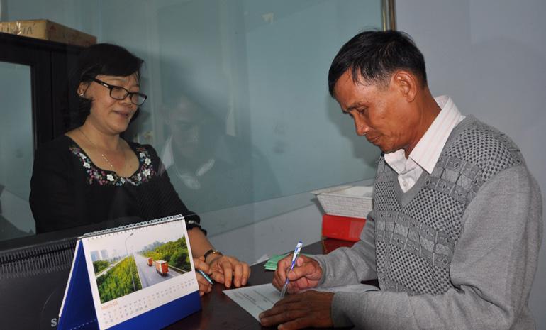 Ông Trần Can làm việc với BHXH tỉnh để tìm hiểu về những nội dung tuyên truyền khi người dân muốn tham gia BHXH tự nguyện - Ảnh: THÁI HÀ