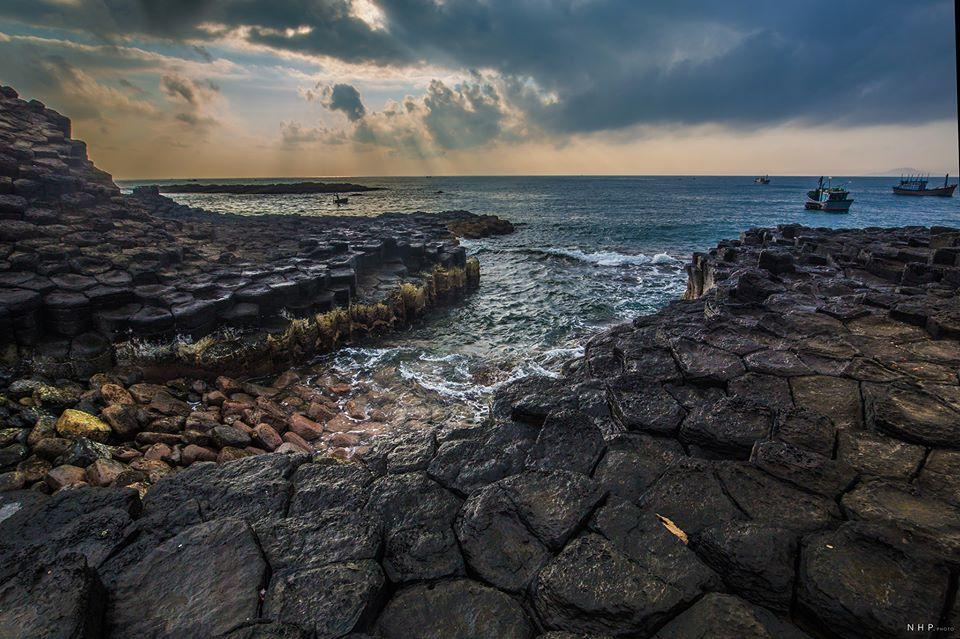 Gành Đá Đĩa với những khối đá hình lăng trụ với màu đen huyền bí xếp sát nhau.