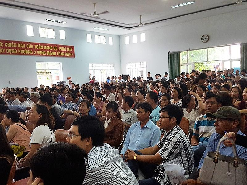 Phiên  đấu giá 64 lô đất ven biển ở Phú Yên thu hút gần 2.700 hồ sơ tham gia bỏ giá mua đất. Ảnh: TẤN LỘC