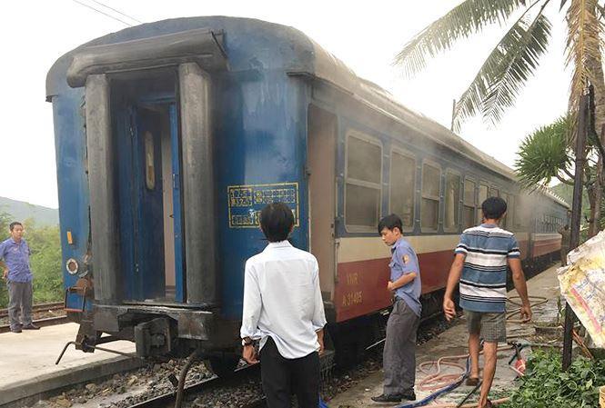 Toa tàu khách bị cháy được để lại ga Hảo Sơn để khắc phục, sửa chữa.