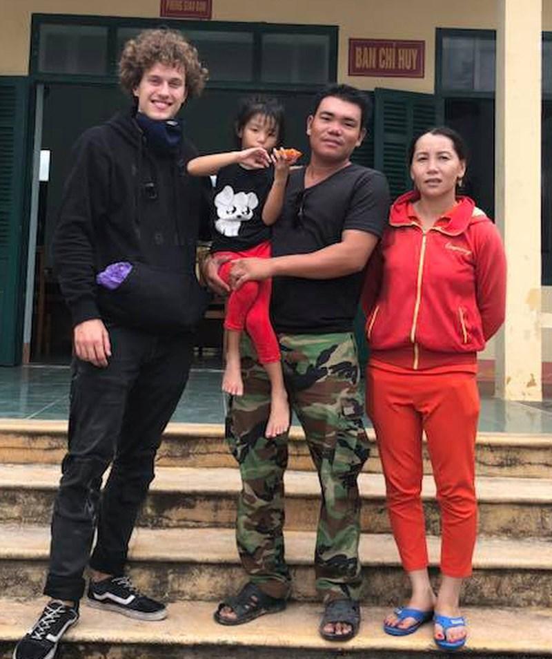 Anh Kainz cùng cháu bé và cha mẹ cháu. Ảnh: CTV