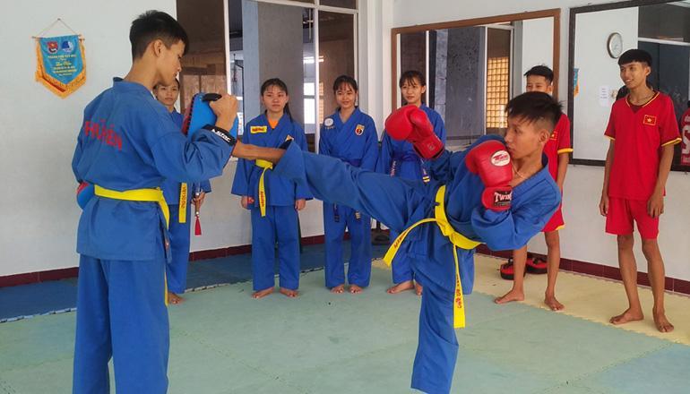 VĐV đội tuyển Vovinam Phú Yên tập luyện thi đấu tại Giải vô địch trẻ Vovinam toàn quốc lần thứ XVI - năm 2018 - Ảnh: NHẬT HUY