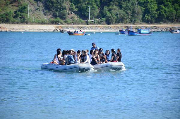Cano lướt trên mặt biển xanh đưa du khách đến danh thắng Nhất Tự Sơn