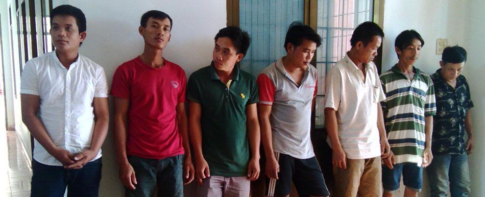 Các đối tượng tham gia cá độ bóng đá ở huyện Đồng Xuân - Ảnh: HOÀNG XUÂN