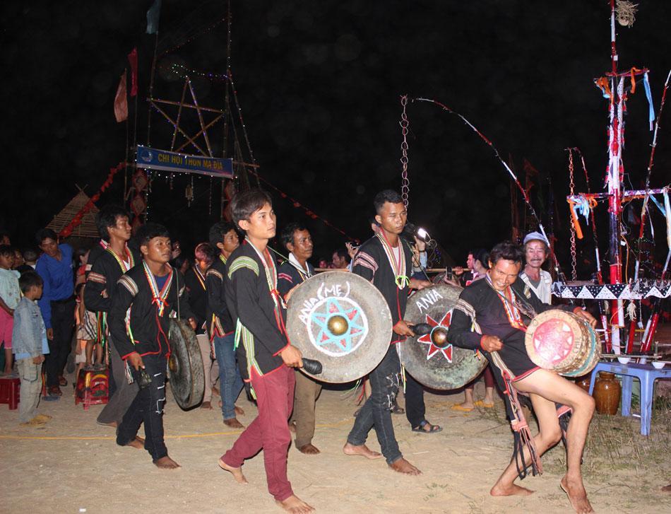 Phần trình diễn cồng chiêng của các đội tại liên hoan Văn hóa cồng chiêng xã Cà Lúi - Ảnh: THIÊN LÝ.