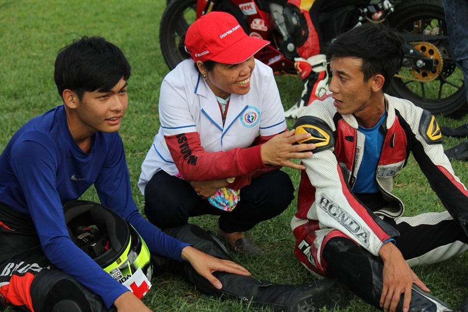 Các nhân viên y tế của ban tổ chức hỏi thăm sức khỏe sau khi các tay đua hoàn thành cuộc đua.