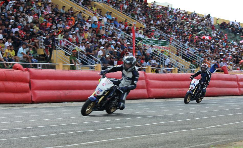 Các tay đua nội dung xe MSX 125 chinh phục khán giả Tuy Hòa.