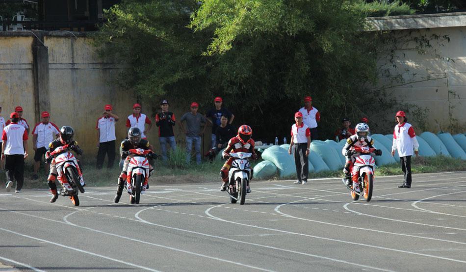 Các tay đua tập trung tối đa ở vạch xuất phát. Theo giới chuyên môn, việc xuất phát tốt sẽ giúp các tay đua có lợi thế lớn trong cuộc đua.