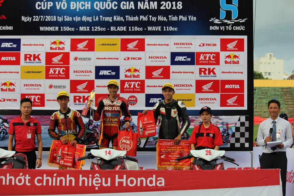 Ban tổ chức trao giải cho các tay đua đạt giải nội dung đua xe Winner 150cc.