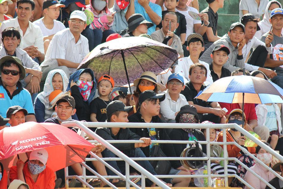 Khán giả đến sân Tuy Hòa khá đông để thưởng thức các trận tranh tài của các tay đua.