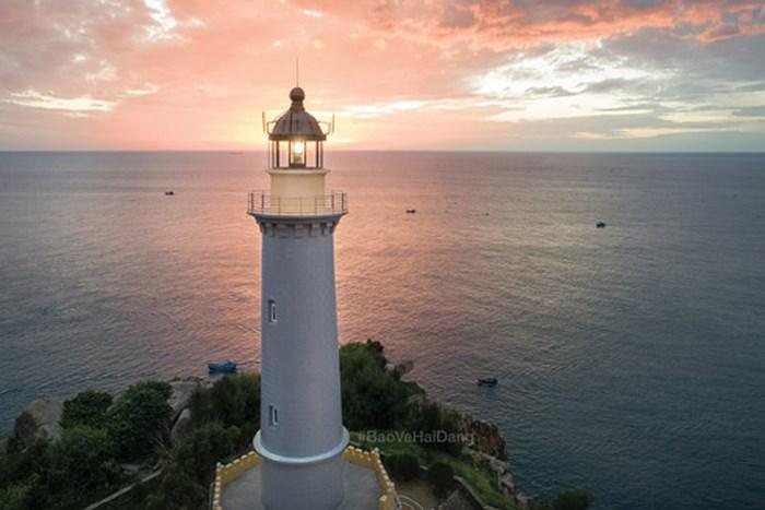 Ngọn hải đăng Đại Lãnh nằm trên núi cao đón ánh bình minh sớm nhất trên lãnh thổ Việt Nam
