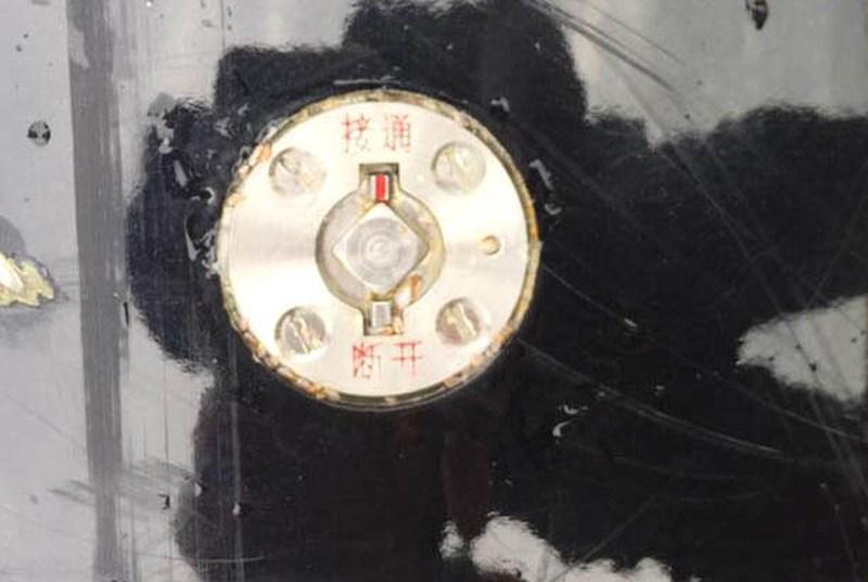 Thiết bị trên vật thể này có in chữ Trung Quốc. Ảnh: TRẦN NAM