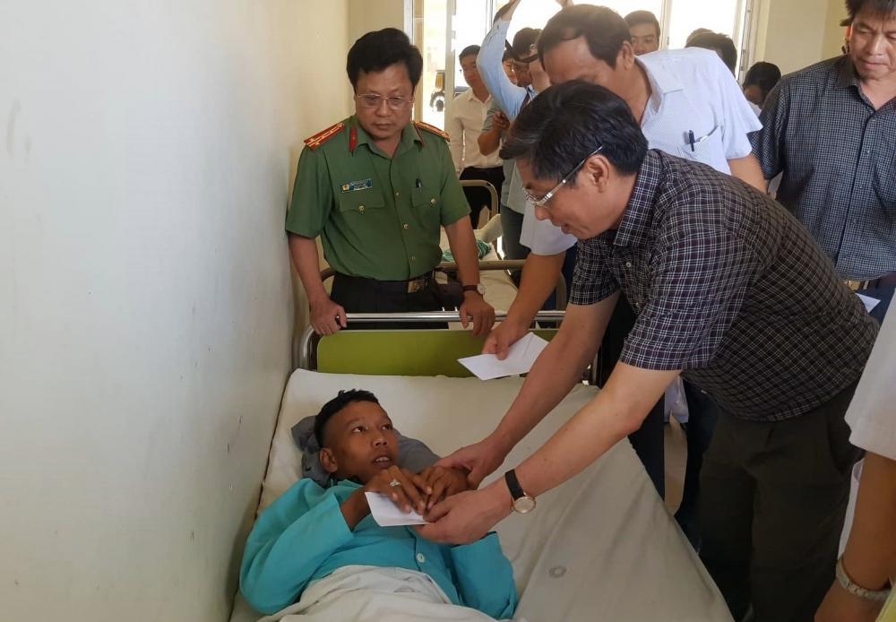 Lãnh đạo Ban ATGT tỉnh Khánh Hòa thăm hỏi các nạn nhân trong vụ tai nạn giữa 2 xe khách giường nằm
