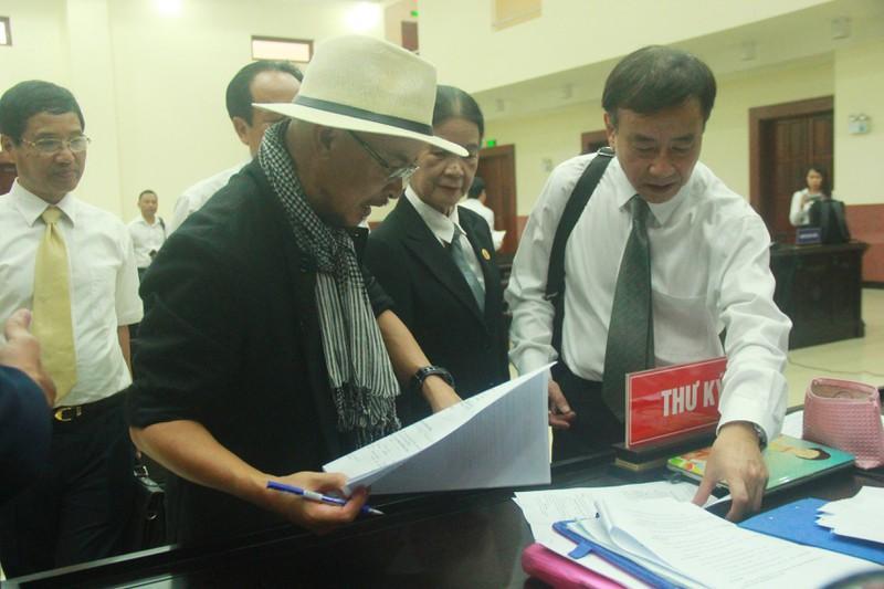 Bà Thảo làm đơn xin vắng mặt vì lý do sức khoẻ nên phiên toà tiếp tục hoãn.
