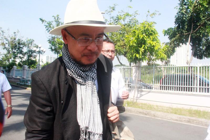 Ông Vũ cùng luật sư rời toà sau khi phiên xét xử bị hoãn lần 2.