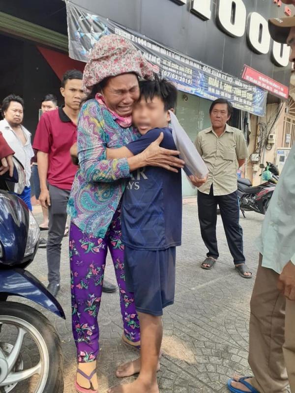 Giây phút đoàn tụ đẫm nước mắt của mẹ con bé Bảo
