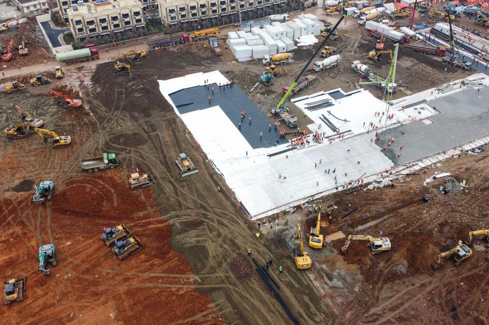 Bức ảnh chụp từ trên cao hôm 27-1 cho thấy nhiều cần cẩu và xe tải tại công trường xây dựng bệnh viện mới với 1.300 giường bệnh ở Vũ Hán để chữa trị các bệnh nhân viêm phổi do virus corona gây ra. Ảnh: AFP