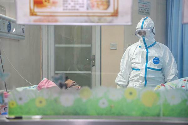 Bà Zhang Jixian kiểm tra một bệnh nhân mắc viêm phổi do nCoV. Ảnh: China Daily