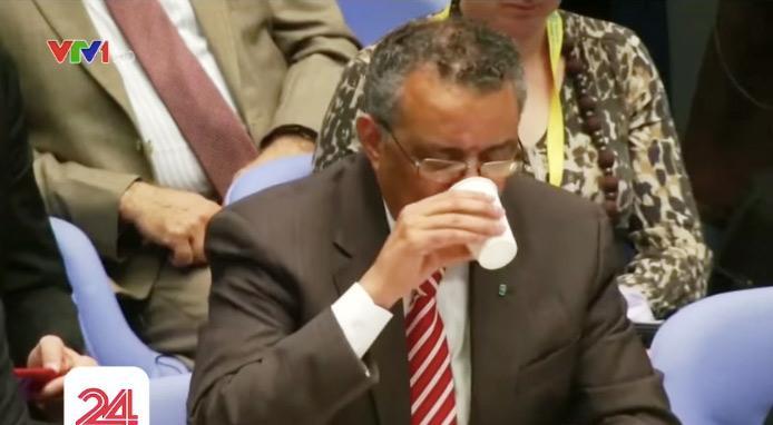 Ông uống một ngụm nước trước khi tiếp tục bài phát biểu của mình.