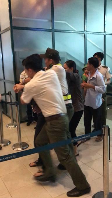 An ninh sân bay Đồng Hới khống chế đối tượng gây rối đi cùng ông Trần Chiến Thắng