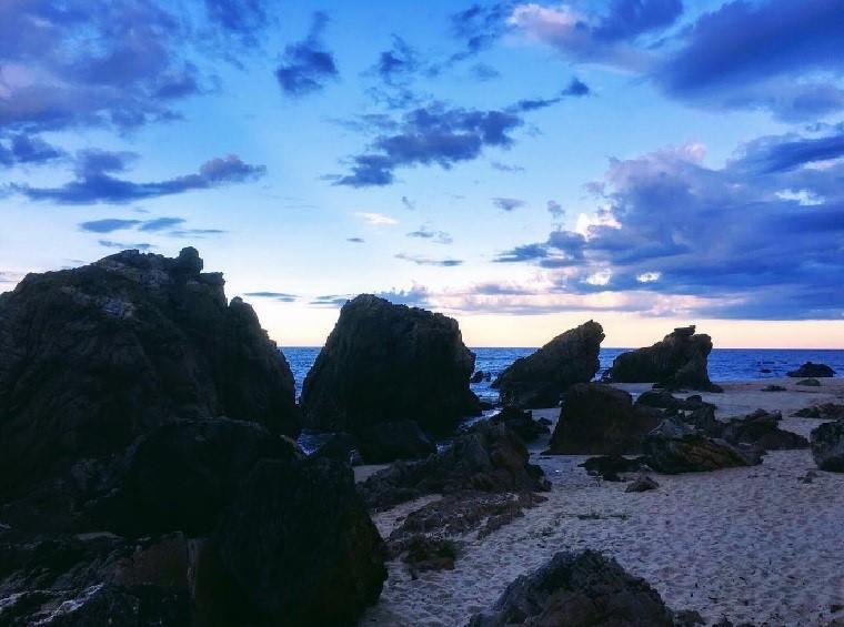 Bãi đá nhảy là địa danh hấp dẫn nằm tại huyện Bố Trạch, được nhiều du khách chọn làm điểm đến bởi vẻ đẹp hoang sơ, nước biển trong lành. Ảnh: Davidtran.net/Instagram.