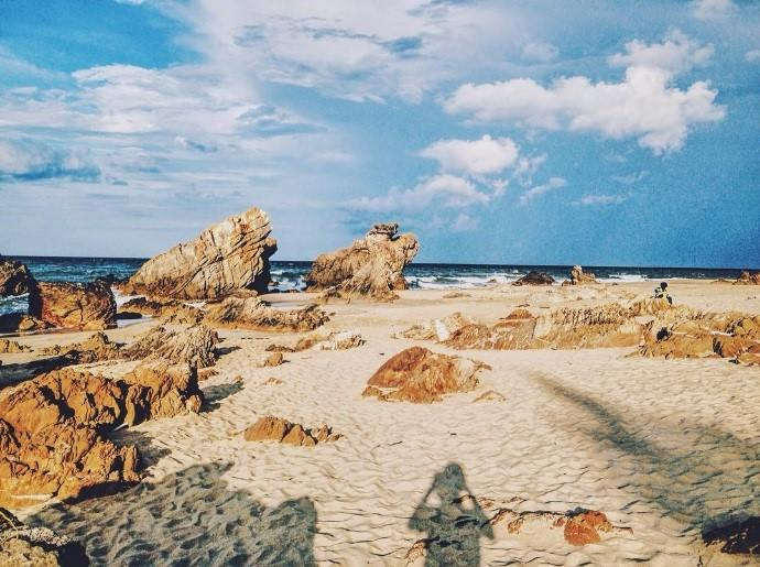 Những khối đá lớn nhỏ, hình thù đa dạng làm cho bãi biển thêm phần độc đáo, thích hợp chụp ảnh, vui chơi và đầm mình trong nước hiền hòa. Ảnh: Linhsea/Instagram.