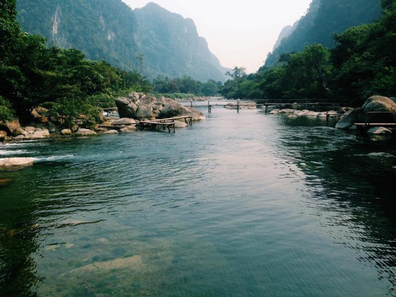 Bao quanh suối nước Moọc trong lành, hiền hòa là núi non hùng vĩ. Địa điểm này thu hút nhiều du khách mỗi năm tới tham quan, thư giãn. Ảnh: Bùi Quốc Thống.
