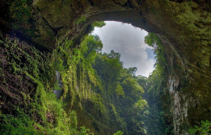 Vườn quốc gia Phong Nha - Kẻ Bàng là địa danh du lịch được không ít người biết tới, nằm tại huyện Bố Trạch và Minh Hóa, tỉnh Quảng Bình, cách thủ đô Hà Nội 500 km về phía nam. Ảnh: Zhaba.ru.