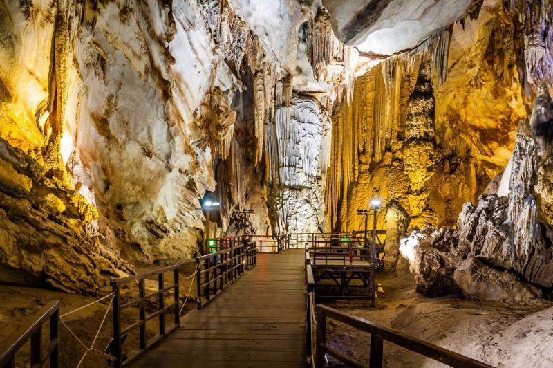 Khu danh thắng gồm nhiều cảnh quan đặc sắc như rừng nguyên sinh, hang động, sông, suối, cùng nhiều loài động vật, thực vật quý hiếm. Nơi đây được UNESCO công nhận là di sản thiên nhiên thế giới, thu hút khách du lịch trong và ngoài nước. Ảnh: Go Asean.