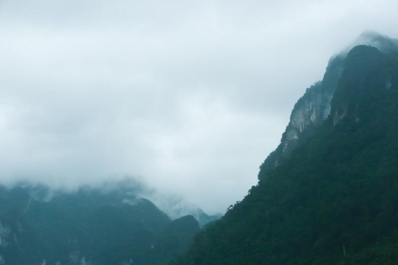 Nhìn từ đèo Đá Đẽo gần đó, thung lũng Chà Nòi toát lên vẻ thơ mộng trong không gian núi đồi rộng lớn, phủ sương mù. Ảnh: Hải An.