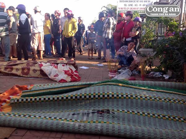 Thi thể những nạn nhân tử vong tại chỗ, có thi thể bị văng từ xe khách xuống đường.