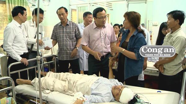 Phó Chủ tịch chuyên trách Ủy ban ATGT Quốc gia Khuất Việt Hùng cùng đoàn đến thăm hỏi, động viên những nạn nhân trong vụ TNGT.