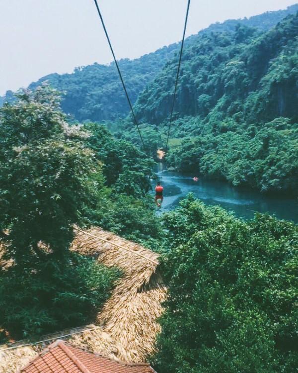 Chơi zipline qua sông - Ảnh: Song Bình