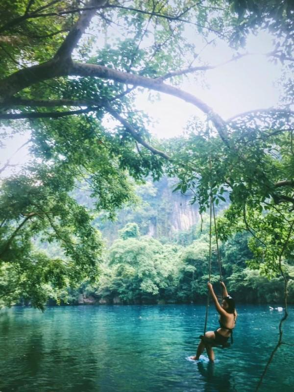 Xích đu gỗ đơn sơ trên sông - Ảnh: Song Bình