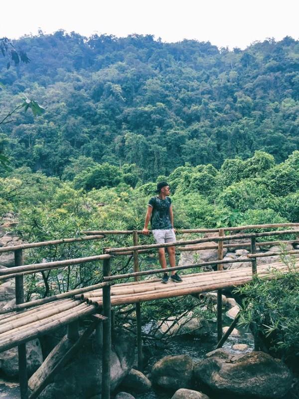 Núi non hùng vĩ ở khu sinh thái suối nước Moọc - Ảnh: Song Bình