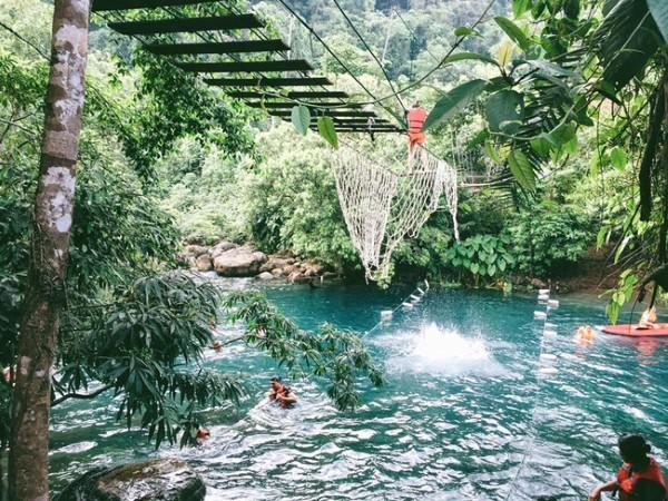Các trò chơi ở suối nước Moọc - Ảnh: Song Bình
